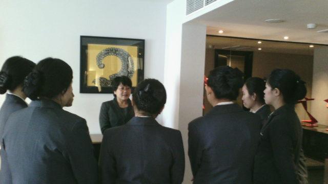 Hotel tour ke salah satu guest room di Pullman Jakarta