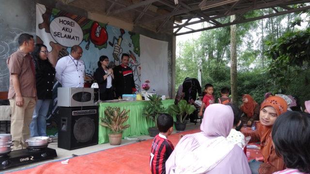 (kiri ke kanan) Bapak Tri Wiyana, Ibu Dianka, Bapak Trias, Ibu Vitria dan Bapak Raden Nana memaparkan topik