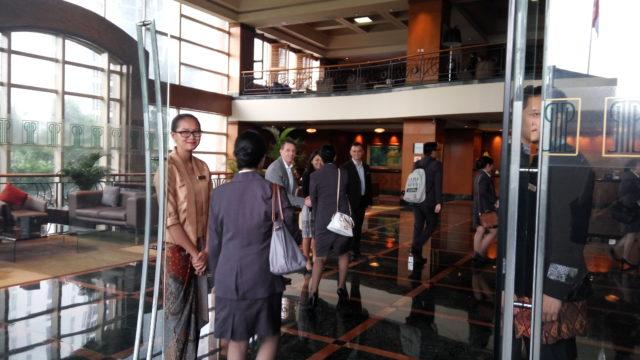 Penyambutan mahasiswa di lobby The Park Lane Jakarta oleh jajaran tim manajemen