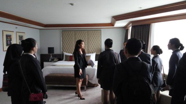 Mahasiswa mendengarkan penjelasan yang diberikan pada saat hotel tour ke salah satu guest room The Park Lane Jakarta