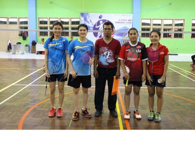 Tim BINUS (baju biru) pada saat final kategori ganda putri melawan Tim dari TRISAKTI (baju merah) *Valencia kedua dari kiri