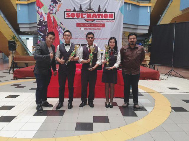 Sesi foto Juri bersama pemenang; Juara I (kedua dari kanan) – Elvi Lidyana Juara II (tengah) – Muhammad Firdan Juara III (kedua dari kiri) – Alfa Dexy Visser