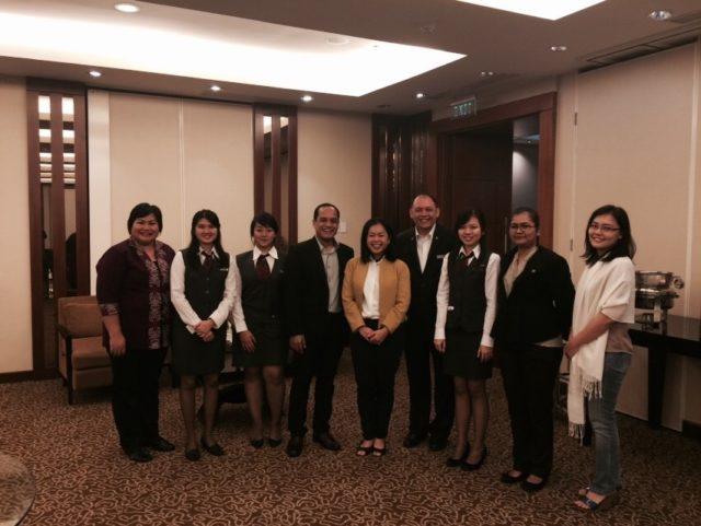 Perwakilan kedua tim HM Binus (Valencia, Fransisca, Erine) beserta jajaran Manajemen Starwood Hotel dan Dosen Pembimbing (Ibu Rachel Dyah Wiastuti) di Le Meridien Hotel Jakarta