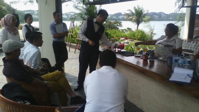 Tim pertama HM BINUS (Chirstian Kevin) sedang mempresentasikan hasil karyanya di depan para juri