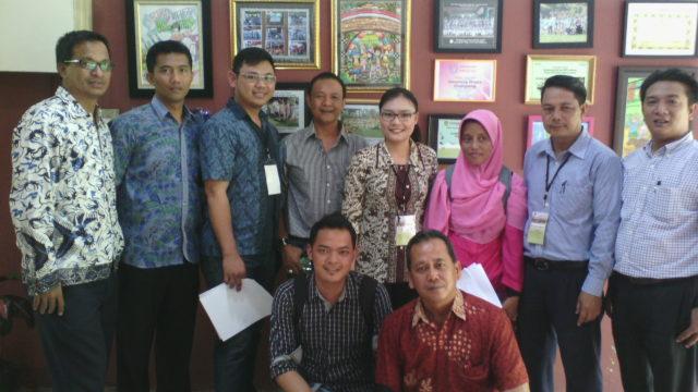 Rachel Dyah Wiastuti dan peserta pelatihan calon auditor lainnya di lokasi audit Desa Wisata Cinangneng