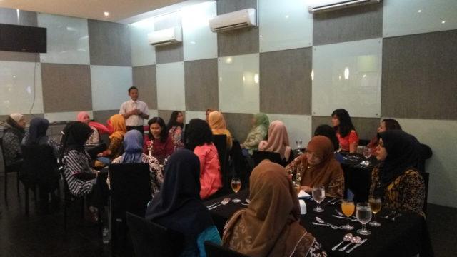 Bapak Tri Wiyana selaku Deputy Head Hotel Management memberikan ucapan selamat datang kepada seluruh peserta dan membawakan topik terkait food cost
