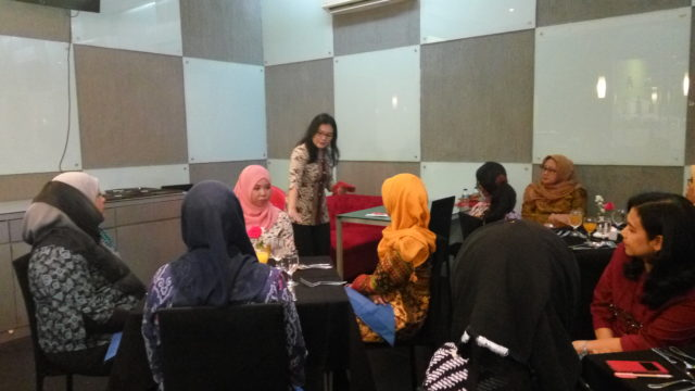 Ibu Rachel Dyah Wiastuti memberikan penjelasan tentang table manner