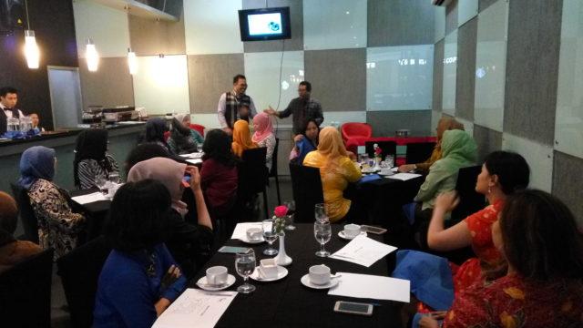 Bapak Darwin Tenironama dan Bapak Yopy Maulana memberikan penjelasan mengenai coffee