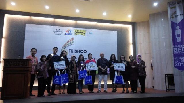 Foto bersama seluruh pemenang Tourism Scientific Paper dan manajemen STP Trisakti