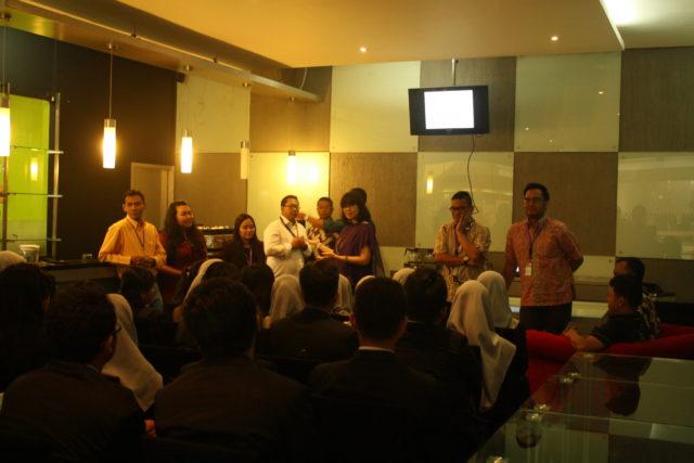 Hotel Management memberikan sambutan kepada siswa siswi SMK Paramitha