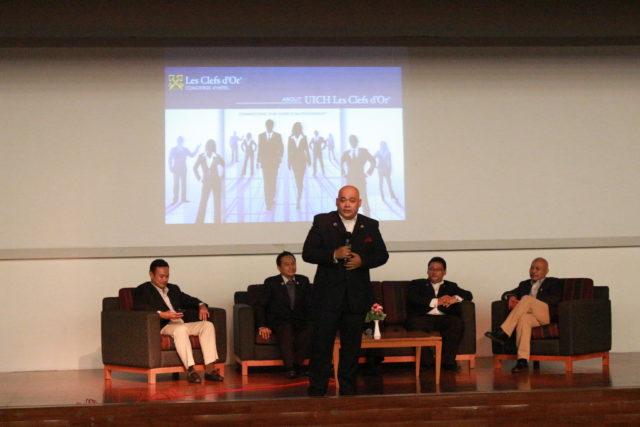 Bapak Teguh Perwira dari The Concierge Society of Indonesia pada sesi guest lecture