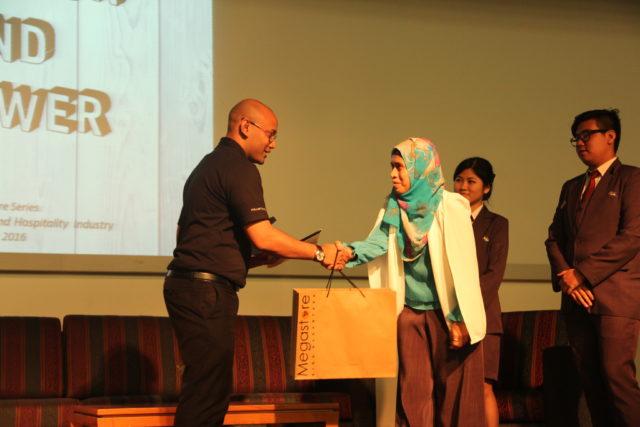 Ibu Nurul Sukma Lestati menyerahan plakat kepada Bapak Joko Utomo