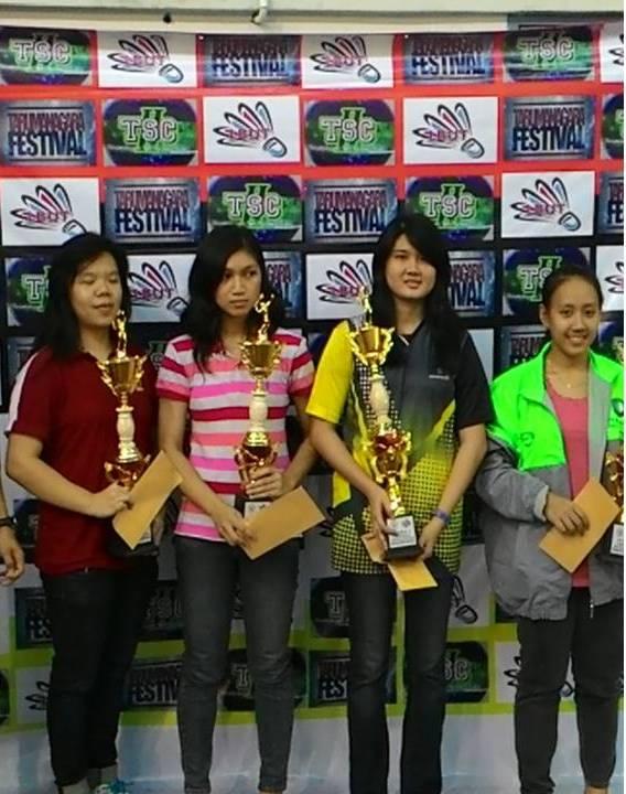 Valencia Fergie (kedua dari kanan) menerima piala pemenang Juara I kategori tunggal putri