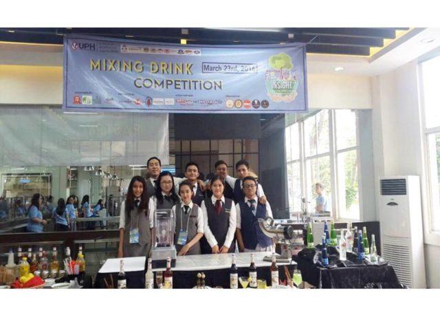 Foto bersama peserta Mixing Drink Competition Tim HM BINUS; Alfa Dexy (baris belakang, kedua dari kiri) dan Rosmiati (bari depan, kedua dari kanan)