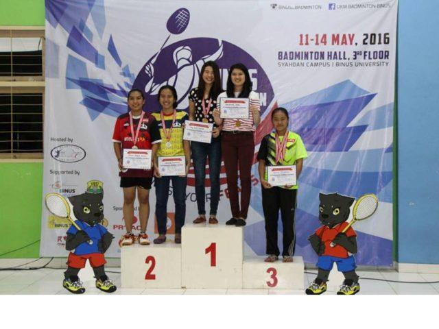 Valencia Fergie dari Hotel Management (podium I sebelah kanan) meraih Juara I kategori ganda putri bersama dengan Tri Ria Maya