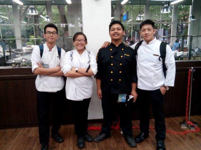 Tim HM Binus (Seragam kitchen berwarna putih, kiri ke kanan) Okta Fernando, Irene Pratiwi Yorman dan Yudha Setia Negara