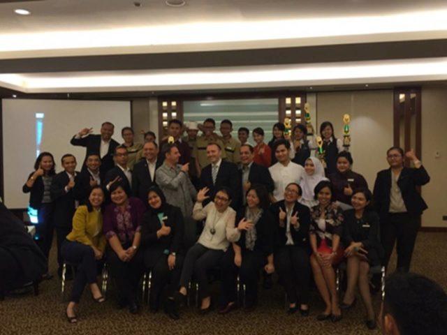 Perwakilan kedua tim HM Binus (Valencia, Fransisca, Erine) menerima Piala Juara II dan Juara III Bartending Competition dan seluruh perwakilan peserta lomba dan jajaran Manajemen Starwood Hotel di Le Meridien Hotel Jakarta