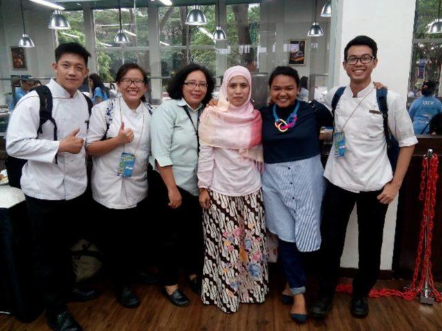 Tim HM Binus (memakai seragam kitchen kiri ke kanan; Yudha Setia Negara, Irene Pratiwi Yorman, Okta Fernando) bersama Dosen Pembimbing (Ibu Farah Leyvita dan Ibu Nurul Sukma Lestari)