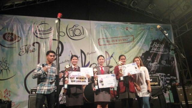 Stella Nathalia Ignacia (kedua dari kiri) menerima piala sebagai pemenang Juara I Front Desk Competition