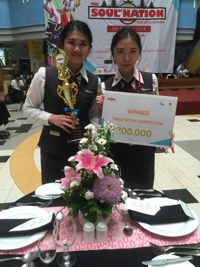 """Valencia Fergie (1701331463) dan Josephine Chitra (1701304922) sebagai pemenang """"Best of The Best"""" Table Set Up Competition"""