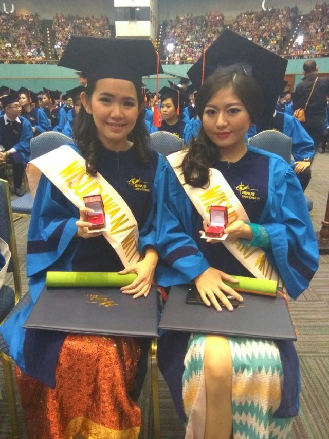 Keimmy (kiri) dan Evelyn (kanan) saat dinobatkan sebagai lulusan terbaik Hotel Management 2016