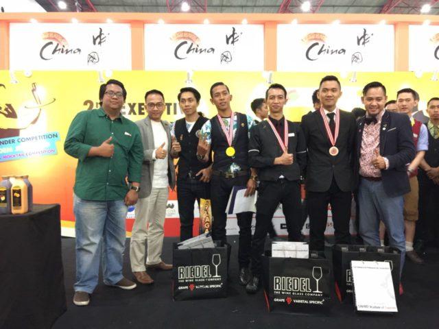 Bapak Darwin T (i kiri) bersama para pemenang lomba Flair Mixology