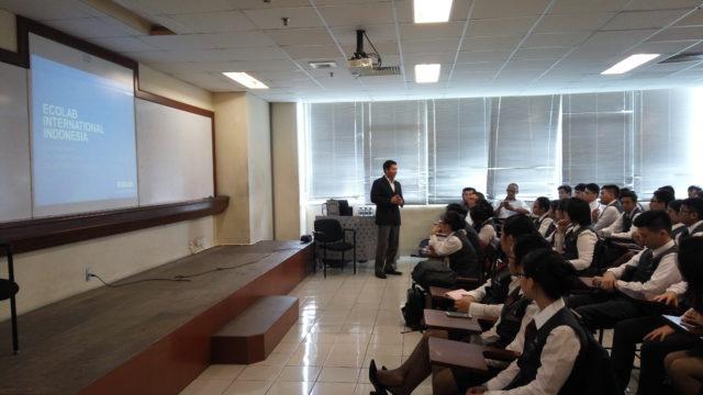 Bapak Dr. I Wayan Sujana memberikan sambutan dan pembekalan