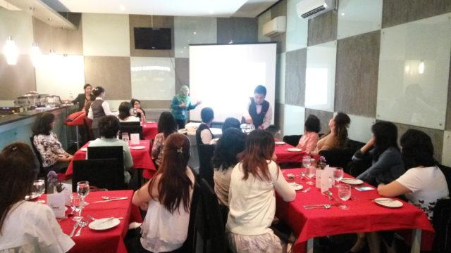 Ibu Ika Triana memberikan penjelasan penggunaan bahasa perancis di restoran
