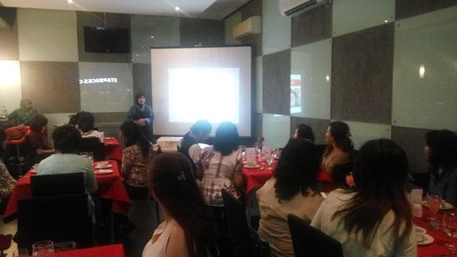 Ibu Nurul Sukma Lestari memberikan penjelasan mengenai soup dan main course yang disajikan